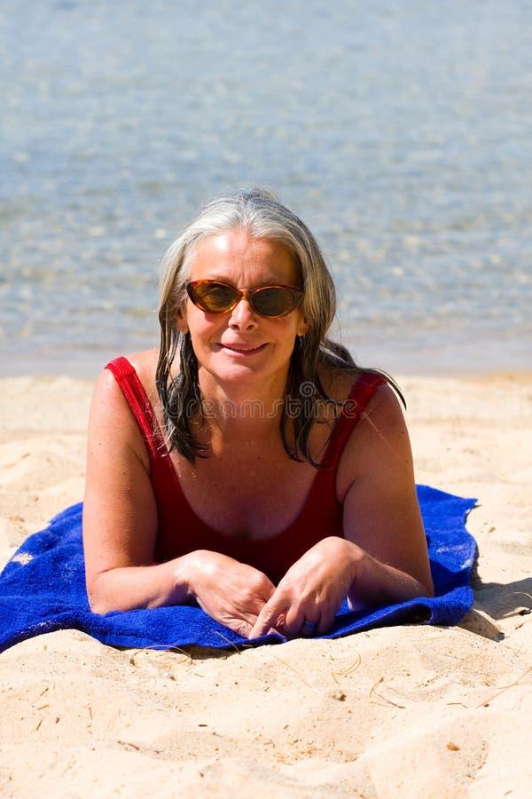 Donna sulla spiaggia fotografia stock