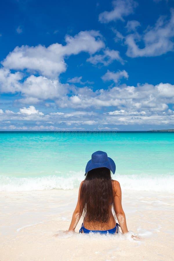 Donna sulla spiaggia in cappello di estate immagine stock libera da diritti