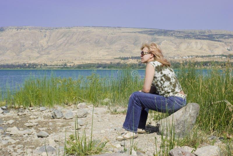 Donna sulla spiaggia del lago immagine stock