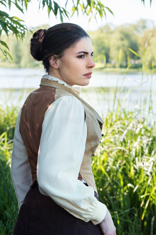 Donna sulla sponda del fiume fotografie stock
