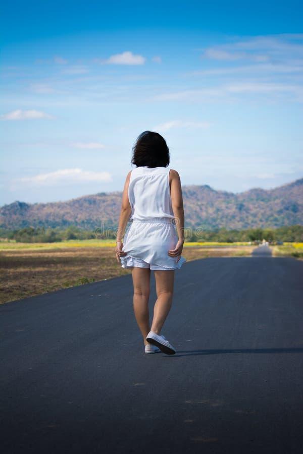 Donna sulla strada fotografia stock libera da diritti