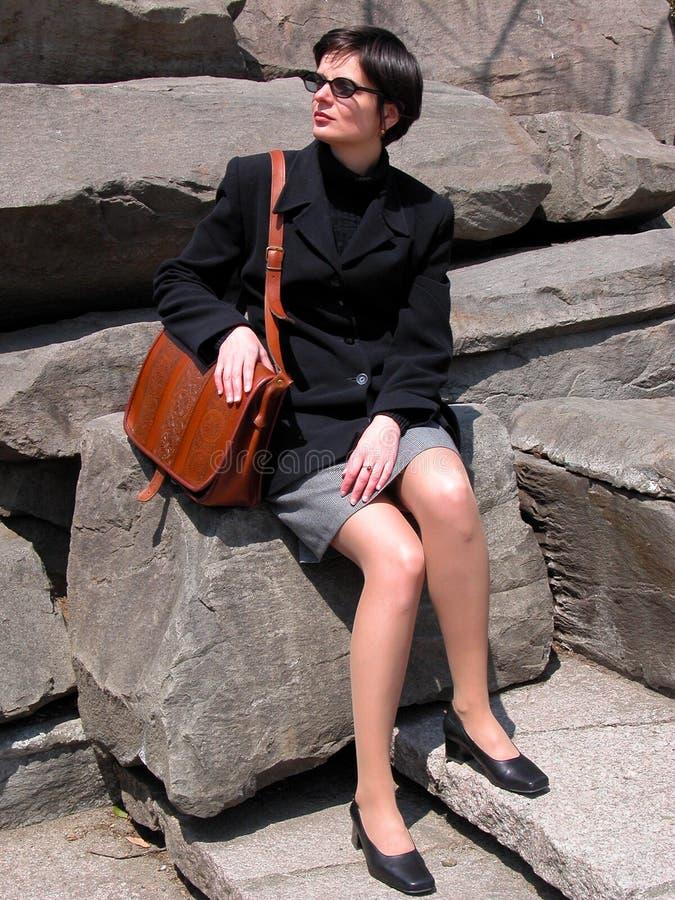 Donna sulle rocce immagine stock