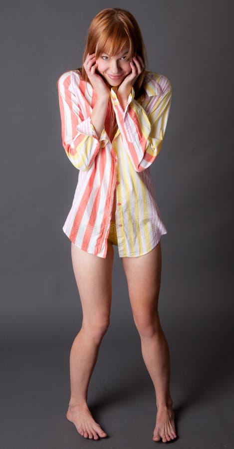 Donna sveglia in camicia e mutandine fotografia stock libera da diritti