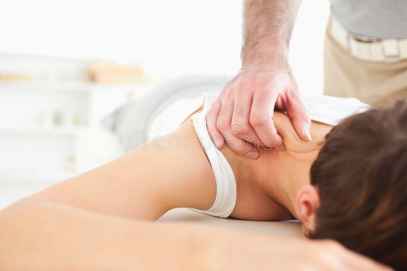 Donna sveglia che ottiene un collo-massaggio fotografia stock
