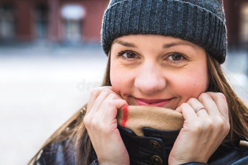 Donna sveglia che porta un beanie nell'inverno Persona felice e sorridente fotografia stock