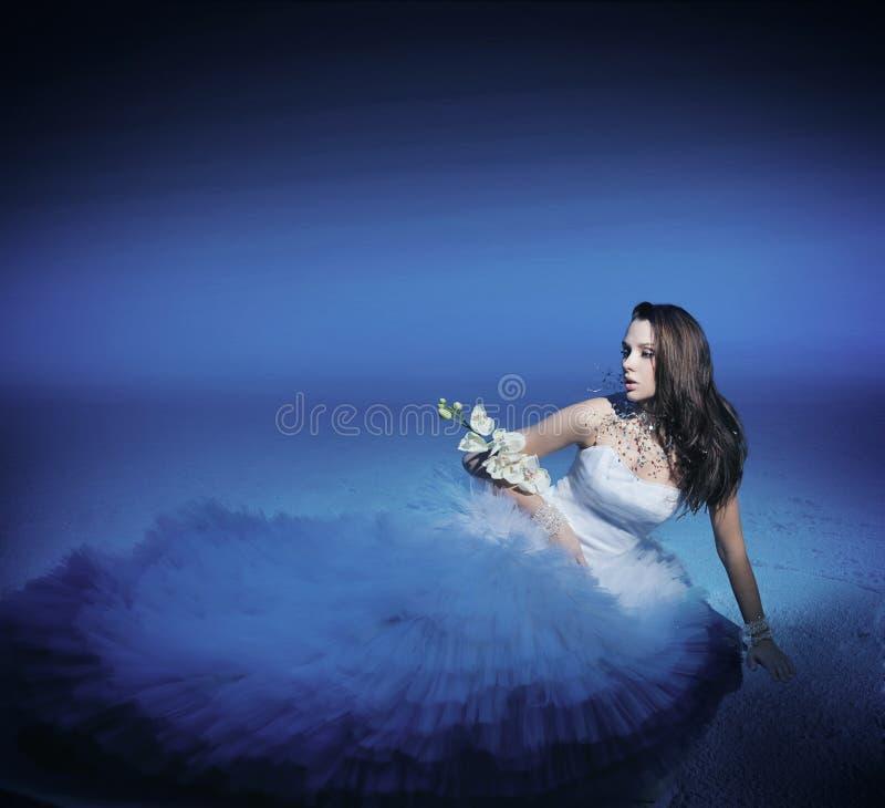 Donna sveglia con il fiore immagini stock