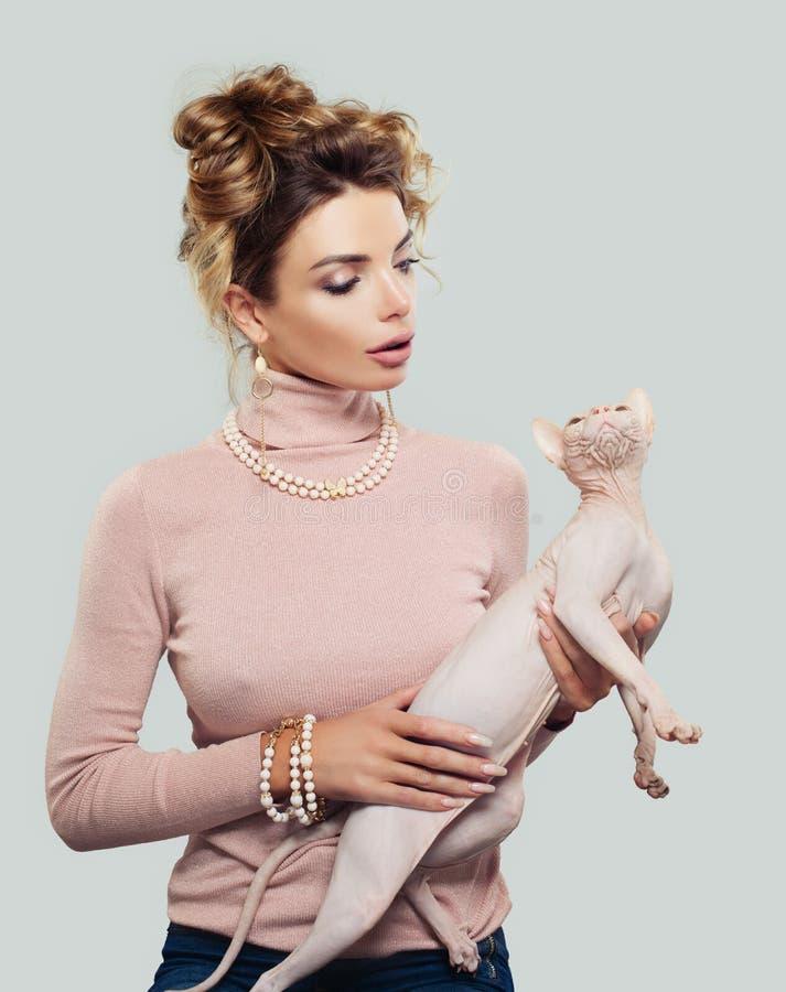 Donna sveglia con il suo gatto fotografia stock libera da diritti