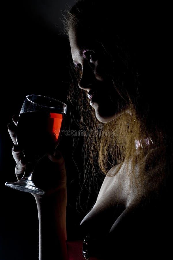 Donna sveglia con la bevanda fotografie stock