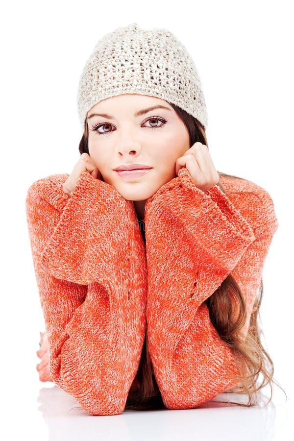 Donna sveglia del brunette in un maglione fotografie stock