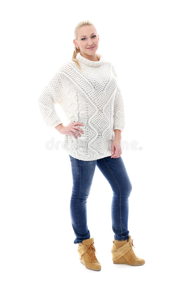 Donna sveglia e bella che posa in maglione fotografie stock