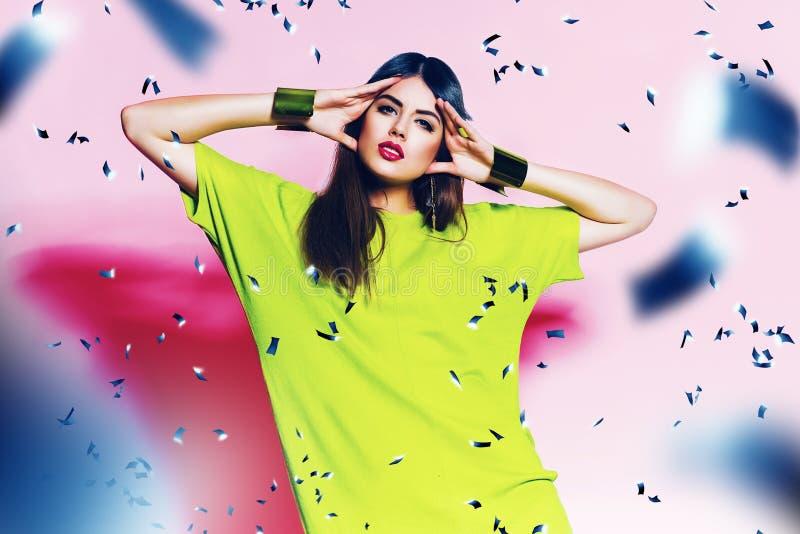 Donna sveglia in vestito verde al neon con le labbra rosa fotografie stock libere da diritti