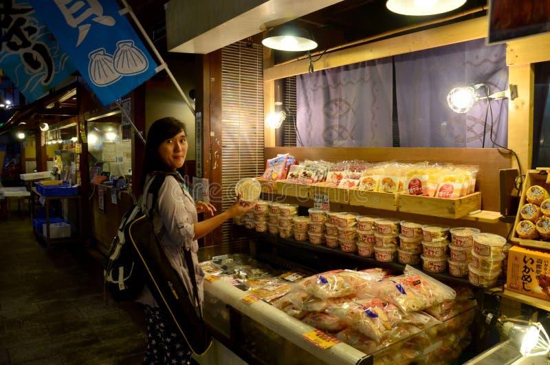 Donna tailandese che compra alimento giapponese tradizionale immagini stock