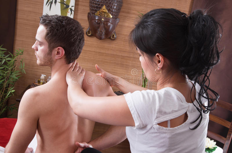 Donna tailandese che fa massaggio ad un uomo in stazione termale fotografie stock libere da diritti