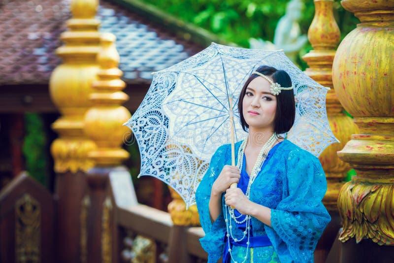 Donna tailandese che porta il vestito tradizionale tipico della Tailandia alla casa ( fotografie stock libere da diritti