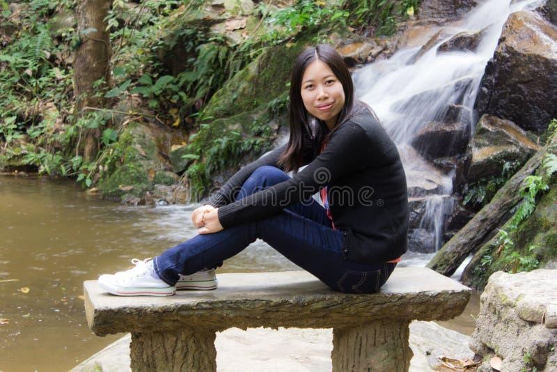 Donna tailandese con la cascata di Mae Kam Pong, Chiangmai Tailandia fotografia stock libera da diritti