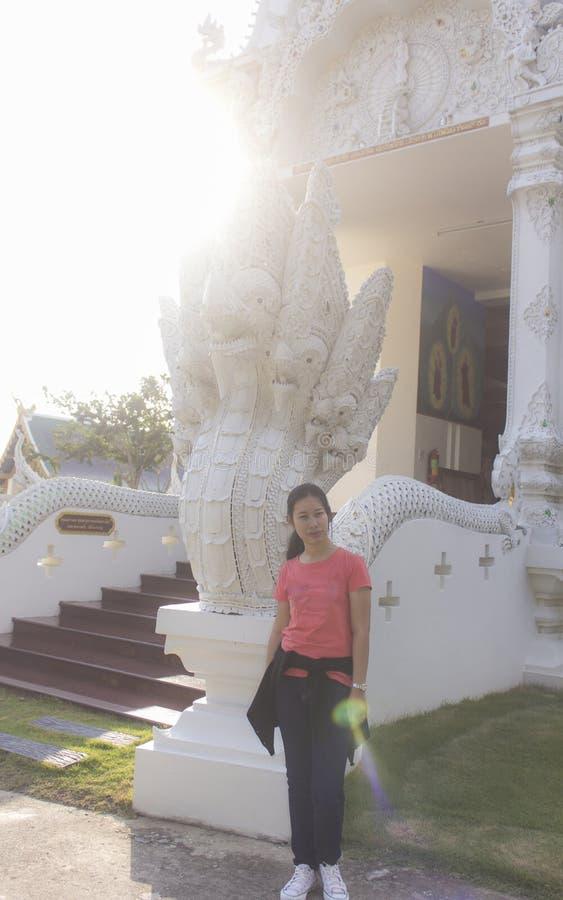 Donna tailandese con la pagoda di Sri Don Moon in Chiangmai Tailandia fotografie stock