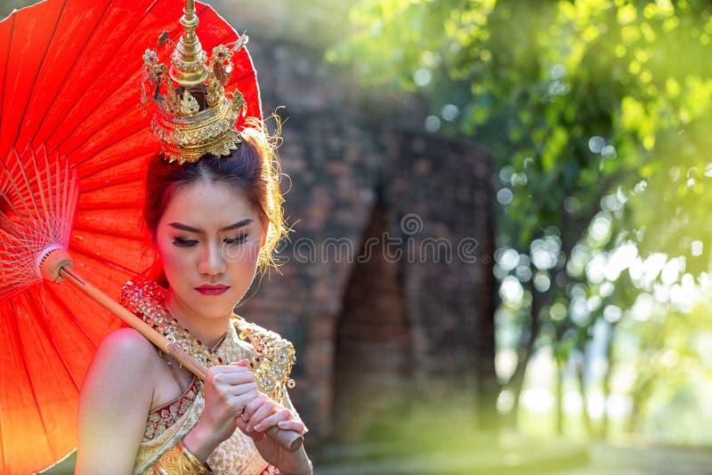 Donna tailandese in costume tradizionale con l'ombrello della Tailandia Costume tradizionale femminile con il fondo tailandese de immagine stock libera da diritti