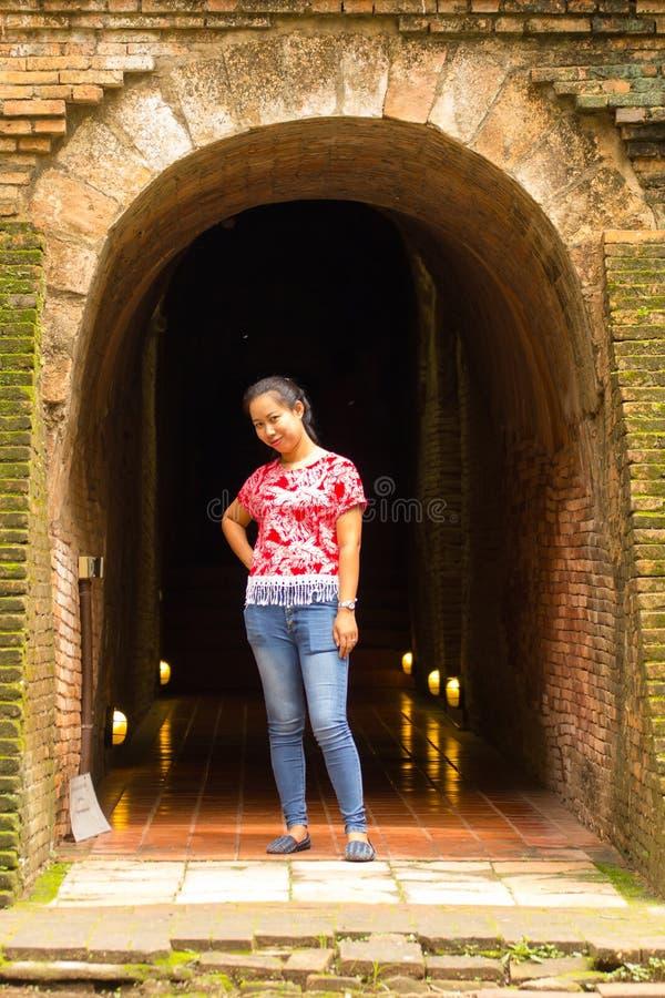 Donna tailandese del ritratto a Wat Umong Tunnel in Chiang Mai fotografia stock libera da diritti
