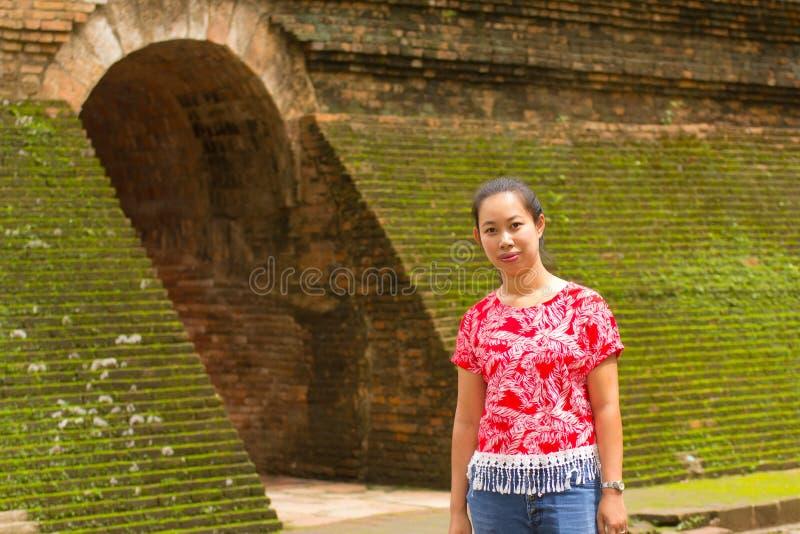 Donna tailandese del ritratto a Wat Umong Tunnel in Chiang Mai, Tailandia fotografia stock