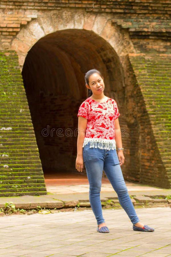 Donna tailandese del ritratto a Wat Umong Tunnel in Chiang Mai, Tailandia immagine stock