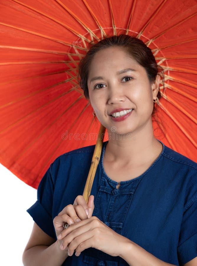 Donna tailandese in vecchio vestito tradizionale a nordest di Chiang Mai T immagine stock