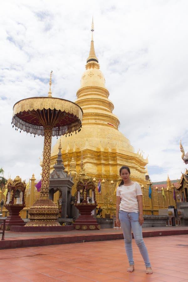 Donna tailandese a Wat Phra That Hariphunchai, lamphun Tailandia fotografia stock