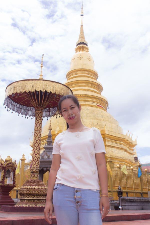 Donna tailandese a Wat Phra That Hariphunchai, lamphun Tailandia immagini stock libere da diritti