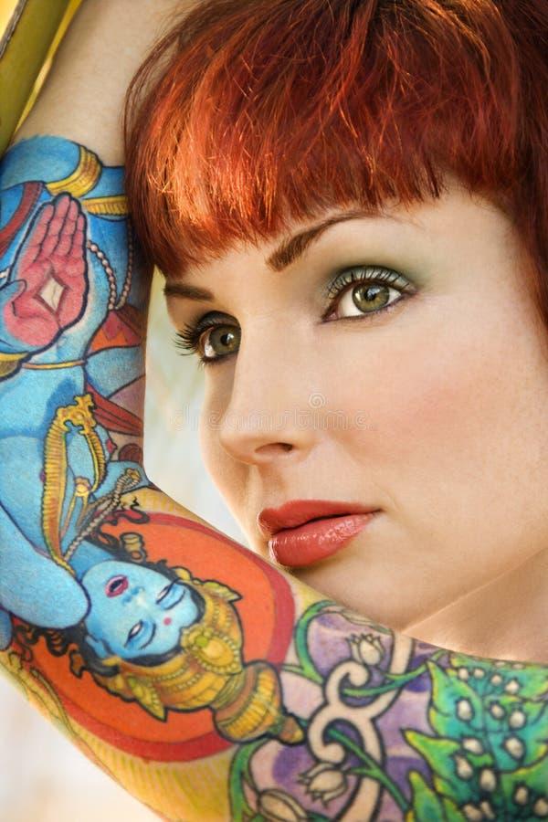 Donna tatuaata attraente. fotografia stock
