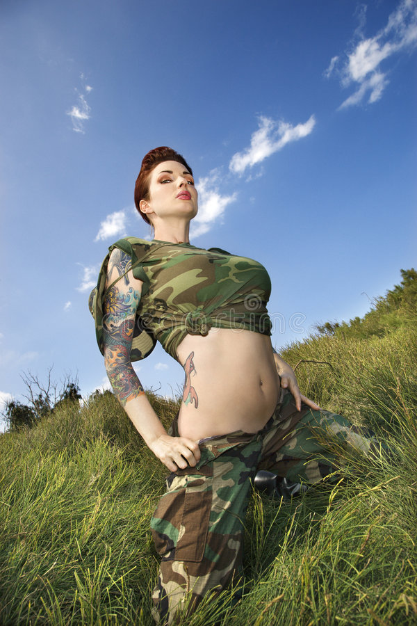 Donna tatuaata in camuffamento. fotografia stock libera da diritti