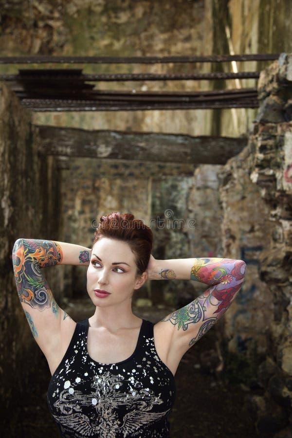 Donna tatuaata sexy. immagini stock