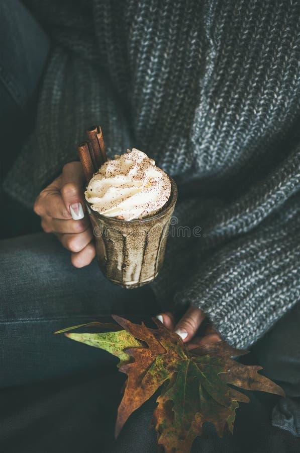 Donna in tazza di lana grigia della tenuta del maglione con cioccolata calda fotografia stock libera da diritti