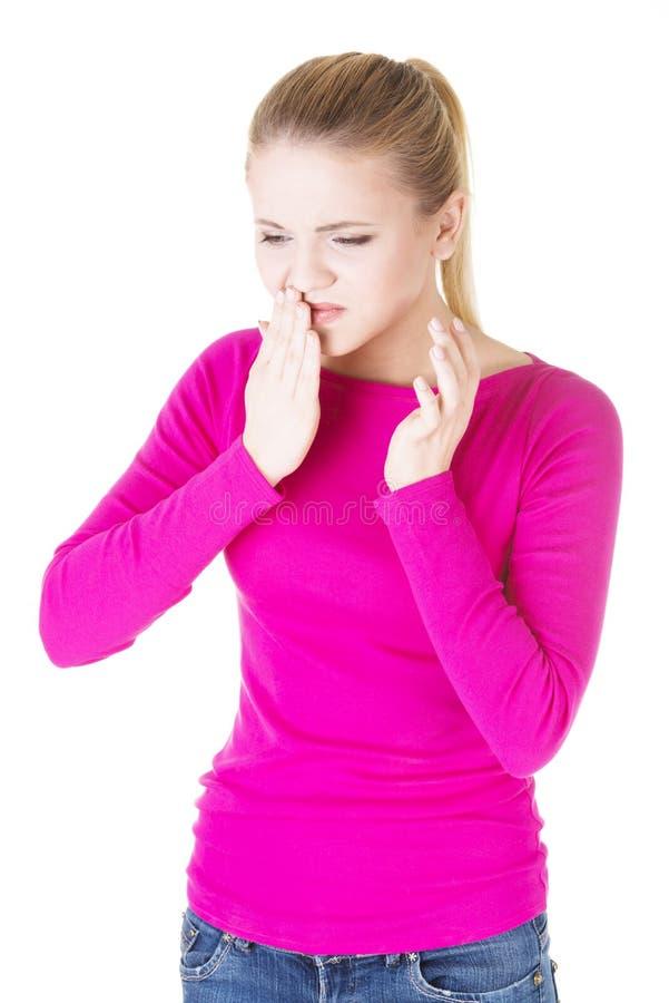 Donna teenager che ha un dolore terribile del dente. fotografia stock