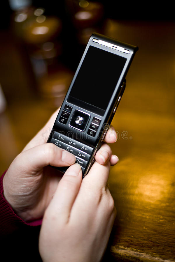 Donna Texting in un Pub immagini stock