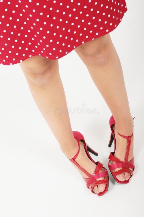 Donna timida con abbigliamento rosso fotografia stock
