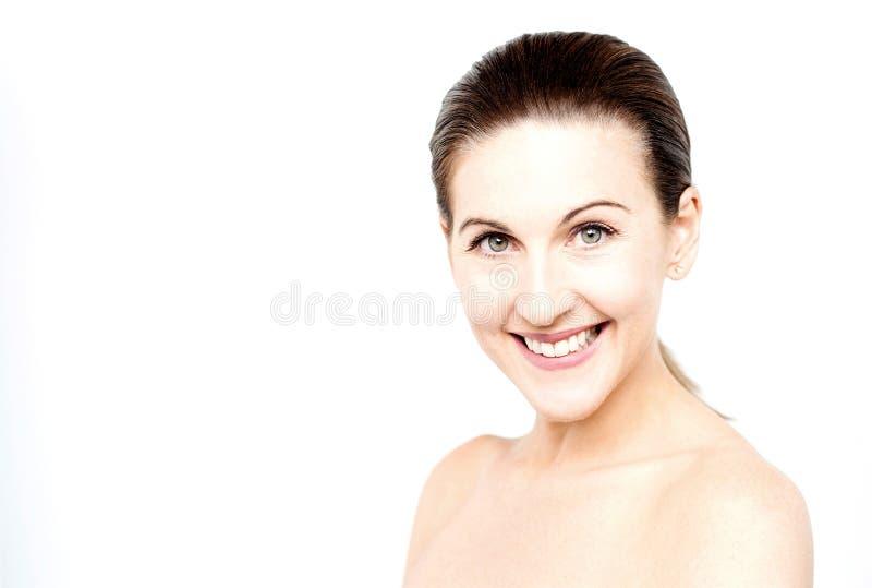 Download Donna Topless Che Posa Alla Macchina Fotografica Fotografia Stock - Immagine di spalla, femmina: 56878312