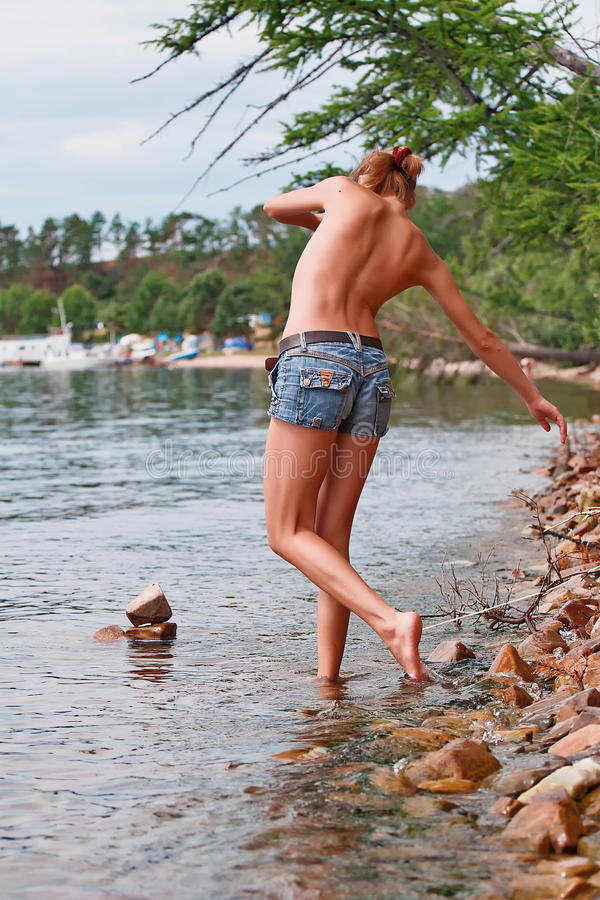 Donna topless che rema nel lago fotografia stock libera da diritti