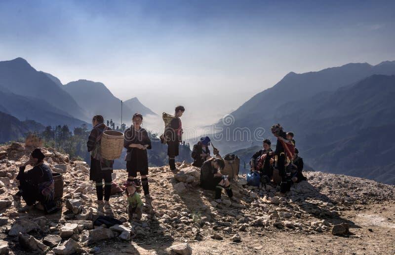 Donna tribale del villaggio di Hmong che aspetta il resto per riunirsi prima che vadano lavoro di mattina, Sapa, Vietnam immagini stock libere da diritti