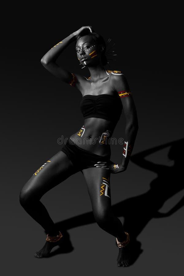 Donna tribale di bellezza con trucco culturale fotografia stock libera da diritti