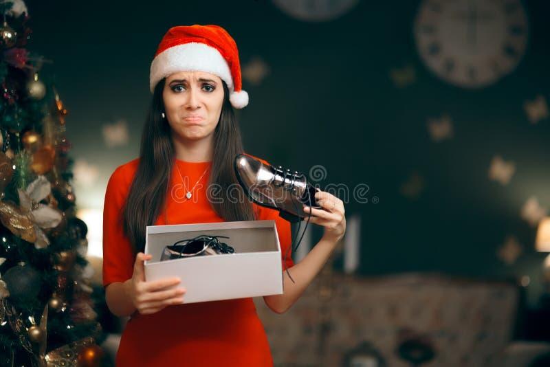 Donna triste che odia ricevendo le scarpe piane come regalo di Natale immagini stock libere da diritti