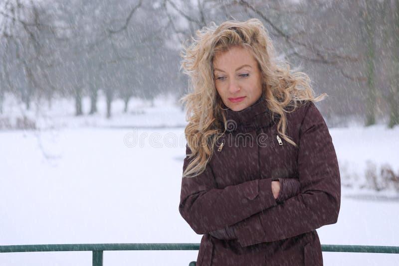 Donna triste che si congela nell'inverno fotografia stock libera da diritti