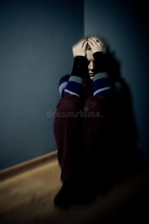 Donna triste che si siede da solo fotografia stock libera da diritti