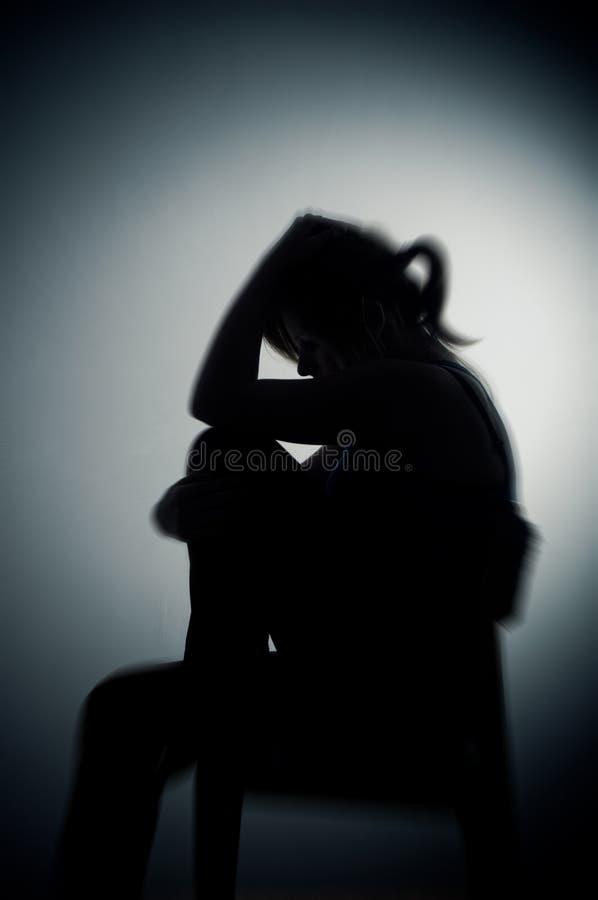 Donna triste che si siede da solo immagini stock libere da diritti
