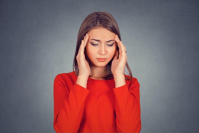 Donna triste con l'espressione sollecitata preoccupata del fronte che guarda giù fotografie stock libere da diritti