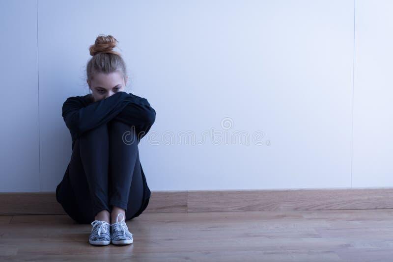 Donna triste con la depressione fotografia stock