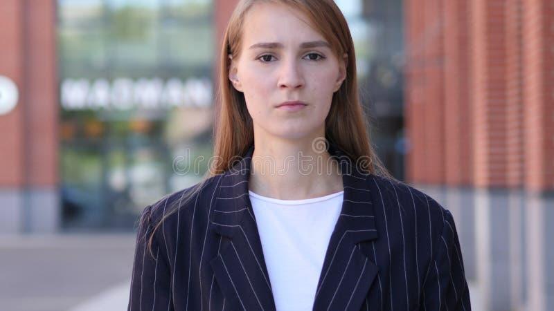 donna triste turbata di affari con l'esterno diritto di dolore immagine stock