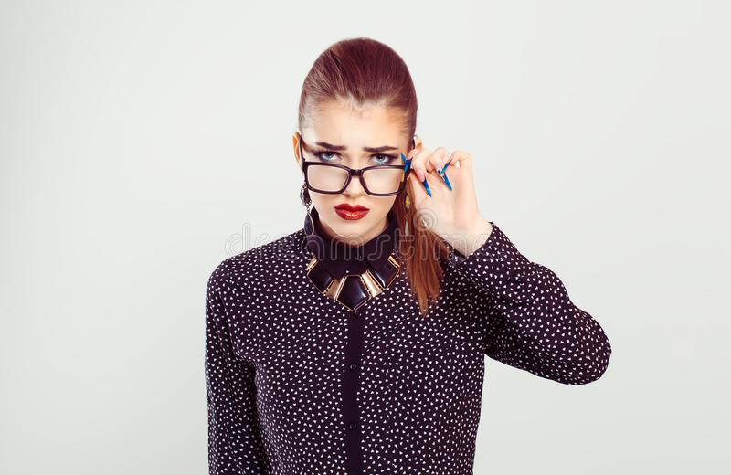 Donna turbata che tiene i vetri giù che esaminano scettico voi fotografia stock