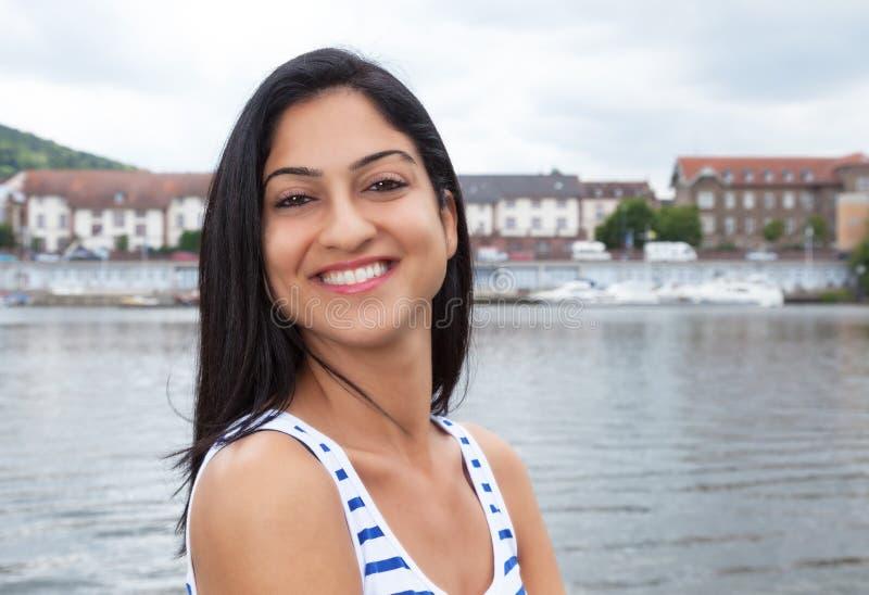 Donna turca felice in una camicia a strisce fuori fotografia stock libera da diritti