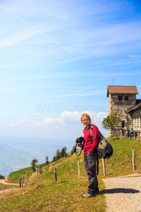 Donna turistica asiatica con la sua macchina fotografica su Rigi Kulm fotografie stock libere da diritti