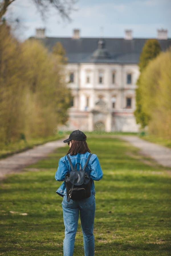 Donna turistica che cammina dal vicolo al vecchio castello fotografia stock