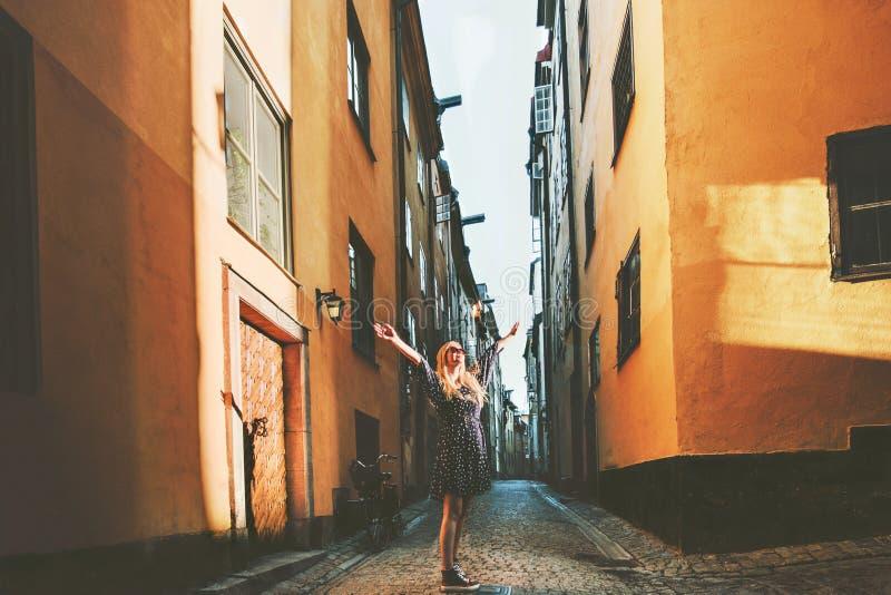 Donna turistica che cammina a Stoccolma che gode di vecchie vie fotografia stock